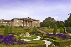 Formell trädgård och ett herrgårdhus Royaltyfri Fotografi