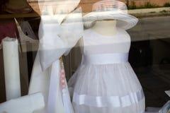 Formella kläder och tillbehör för ungar på speciala tillfällen Coctailklänning och Straw Hat på skyltfönstret tulle white royaltyfri fotografi