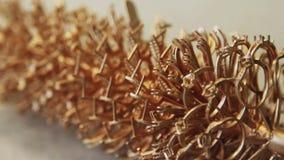 Formen av guldprydnader, når att ha hällt guld lager videofilmer