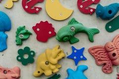 Formen 3D und Ikonen auf einer Wand Stockbild