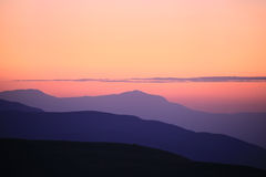 Formen der Berge am Sonnenuntergang Lizenzfreie Stockfotografie