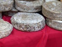 Formen des Käses stockbild