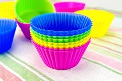 Formen für kleine Kuchen auf Gewebe Stockfotos
