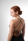 Formen Sie im kurzen Kleid mit Aktrückseite, drehen Sie sich Lizenzfreie Stockfotos