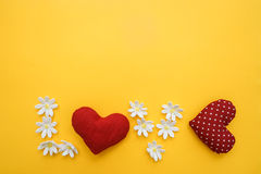 Formen Sie mit worl Liebe, die durch Hände mit Herzen und Blumen gemacht wird Lizenzfreie Stockfotos