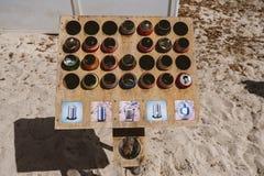 Formentera, Spagna - 12 agosto 2018: Elabori i portaceneri sulla spiaggia di Illetas per sollevare la consapevolezza che la gente immagine stock libera da diritti