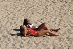 Formentera, Spagna, il 17 giugno 2018: bella ragazza in bikini che posa sulla camma durante la festa in piscina di giorno al temp immagini stock