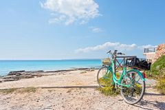 Formentera strand en fiets Stock Afbeeldingen