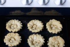 Former med konfektions- grunderna för kakan tas ut ur ugnen Arkivbilder