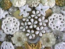 Former och modeller i vit- och guldsmycken i stora partier Royaltyfri Foto