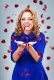 Formes contagieuses de coeur de femme blonde Photographie stock libre de droits