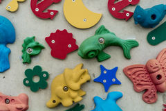 formes 3D et icônes sur un mur Image stock