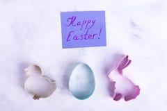 Formes d'oeuf, lièvre, poulet, carte de Pâques heureuse photographie stock libre de droits