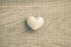 Formes de coeur au-dessus de table en bois Fond de jour de Valentine Amour, Photo stock