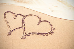 Formes de coeur dessinées sur le sable Images libres de droits