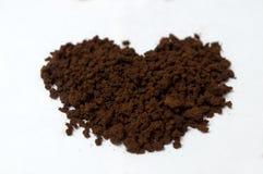 Formes de coeur faites de pain d'épice et café Photos stock