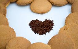 Formes de coeur faites de pain d'épice et café Images libres de droits