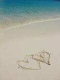 Formes de coeur sur la plage blanche de sable Image libre de droits
