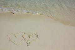 Formes de coeur sur la plage blanche de sable Photo libre de droits