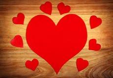 Formes de coeur sur le conseil en bois Images libres de droits