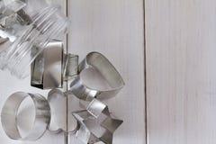 Formes de coupeur de biscuit dans un pot avec l'espace de copie d'en haut Photos libres de droits