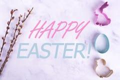 Formes de lièvres, d'oeuf et de poulet, saule, carte de Pâques heureuse photographie stock