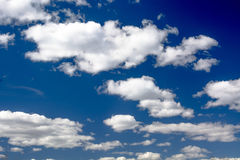 Formes de nuages dans le ciel Image stock