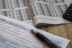 Formes de préparation d'impôts et table d'impôts Photographie stock