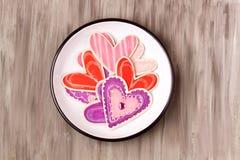 Formes en bois de coeur d'un plat d'émail Images stock