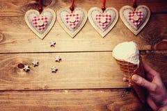 Formes et main de coeur avec la crème glacée  Images libres de droits
