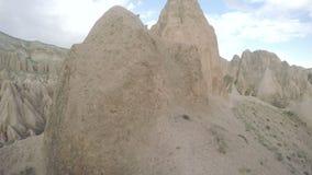 Formes fongueuses de grès dans le canyon près du village de Cavusin, Cappadocia, province de Nevsehir dans l'Anatolie central banque de vidéos