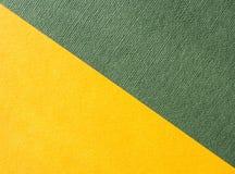 Formes géométriques avec un grand choix de papiers jaune et vert image stock