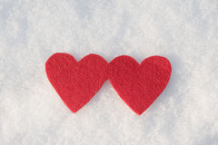Formes rouges de coeur sur la neige Photographie stock