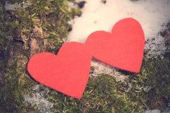 Formes rouges de coeur sur la neige Image libre de droits