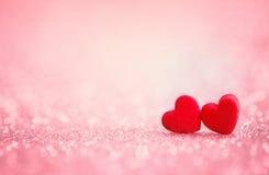 Formes rouges de coeur sur le fond clair abstrait de scintillement dans l'amour c Photographie stock libre de droits