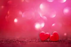Formes rouges de coeur sur le fond clair abstrait de scintillement dans l'amour Co Photos libres de droits