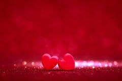 Formes rouges de coeur sur le fond clair abstrait de scintillement dans l'amour Co Image libre de droits
