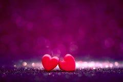 Formes rouges de coeur sur le fond clair abstrait de scintillement dans l'amour Co Photographie stock libre de droits
