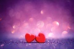 Formes rouges de coeur sur le fond clair abstrait de scintillement dans l'amour Co Photos stock