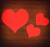 Formes rouges de coeur sur le fond en bois Photo libre de droits