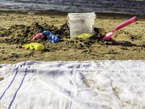 Formes, truelle et petit seau sur la plage photo libre de droits