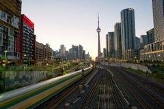 Formez dedans le centre ville de Toronto avec les gratte-ciel et de tour de NC au lever de soleil images libres de droits