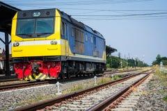 Formez la tête sur les rails de la station de train Images stock