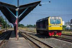 Formez la tête sur les rails de la station de train Photos libres de droits