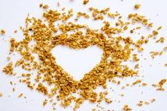 Formez le concept sain de vue supérieure de fond d'amande de noix de coco de raisin sec de granola de coeur Image stock