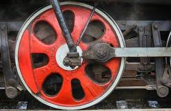 Formez le mécanisme d'entraînement et les roues rouges d'une vieille locomotive à vapeur Photos stock