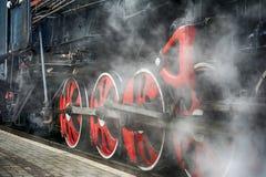 Formez le mécanisme d'entraînement et les roues rouges d'une vieille locomotive à vapeur Photo stock