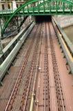 Formez le pont au-dessus d'un canal et sous un pont à Vienne Images stock