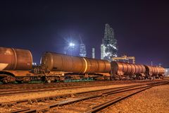 Formez les chariots à une raffinerie la nuit, port d'Anvers, Belgique photos stock
