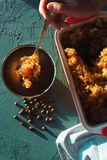 Formez pour le dessert avec de la glace, la serviette et les soucoupes de café pour le dessert Granit sicilien photographie stock libre de droits